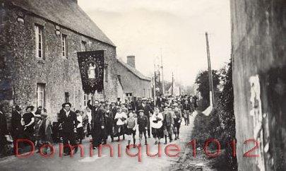 01 - Cortège traversant le village (1) - Copie copie