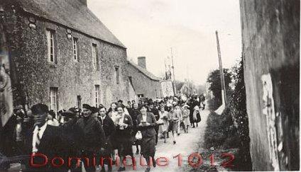 02 - Cotège traversant le village (2) - Copie copie