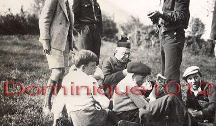 08 - Enfants mangeant avec Mr le curé - Copie copie_modifié-1